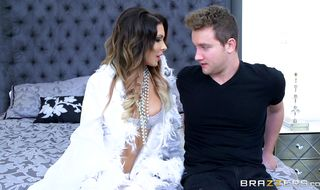 Brunette Jessica Jaymes seducer gives her man a hardcore ride