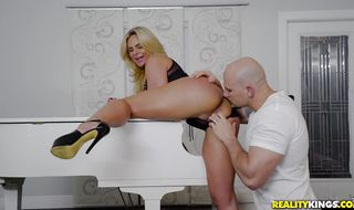 Glorious girlfriend Phoenix Marie is having a lot of fun with her fucker
